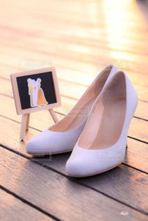 木製のテーブルの靴 - No.961786