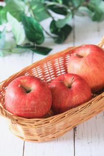 テーブルの上に座って赤いリンゴの写真・画像素材[1072890]