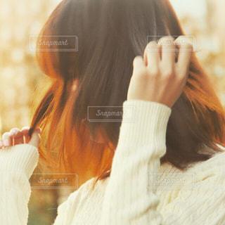彼女の顔に彼女の手を保持している女性の写真・画像素材[1610453]