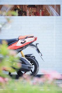 建物の側面に駐車したオートバイの写真・画像素材[2125169]