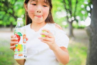 食べ物を食べている小さな女の子の写真・画像素材[2215352]