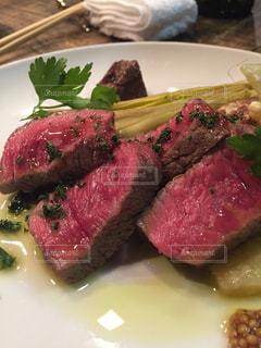 肉と野菜をトッピング白プレートの写真・画像素材[807393]