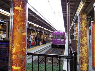 電車の駅で座る人の写真・画像素材[807774]