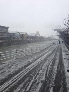 雪の川沿い - No.807742
