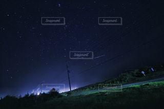 夜に見上げる空の景色の写真・画像素材[807855]