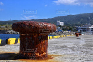 山の側に座っている黄色い消火栓の写真・画像素材[807905]