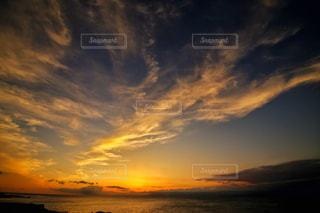 水の体に沈む夕日の写真・画像素材[807908]