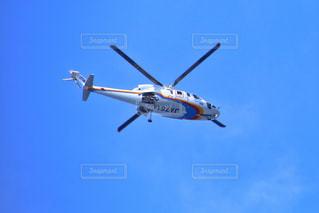 澄んだ青い空を飛んでいる大きな飛行機の写真・画像素材[807911]