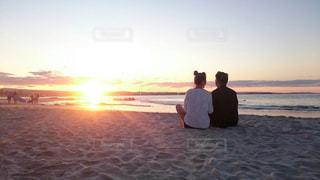 砂浜の上に立っている人 - No.810891
