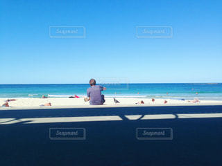 ビーチに座っている人の写真・画像素材[810894]