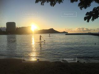 日の出と人の写真・画像素材[810791]