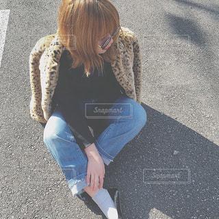 道の端に座っている少女 - No.1000981