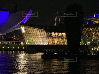 夜にライトアップされた大きな建物の写真・画像素材[2233543]
