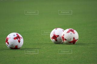 近くのフィールドでサッカー ボールのアップの写真・画像素材[814783]
