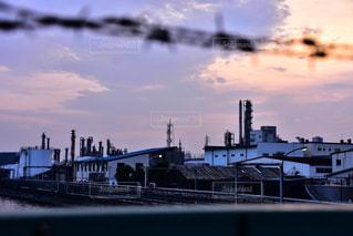バック グラウンドで市と水体に沈む夕日の写真・画像素材[808655]
