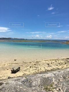 水の体の横にある砂浜のビーチ - No.809263