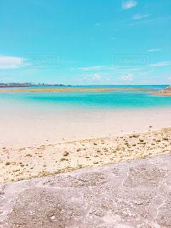 海の横にある砂浜のビーチ - No.809264