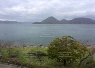背景の山と水体の写真・画像素材[809179]