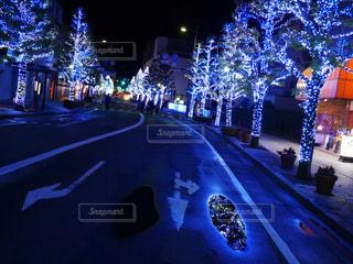 夜のライトアップされた街の写真・画像素材[809232]