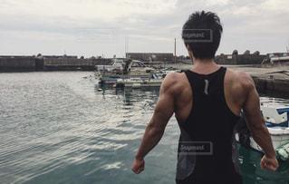水の体の横に立っている人 - No.1168332