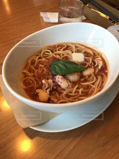 テーブルにあるスープスパゲティ - No.809723