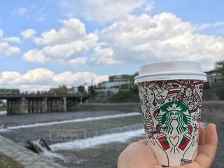 クリスマス仕様のスタバカップと鴨川の写真・画像素材[877578]