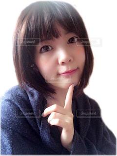 髪をかきあげる少女の写真・画像素材[1549486]