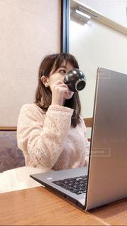 仕事の合間に一息つく女性の写真・画像素材[1707604]