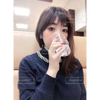 水を飲む女性の写真・画像素材[1709966]