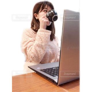 座って仕事をする女性の写真・画像素材[1717861]