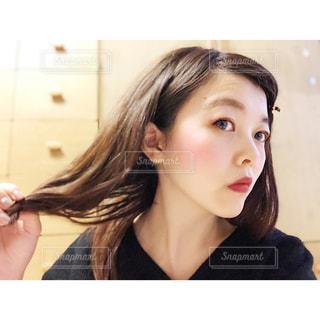 髪を解く女性の写真・画像素材[1742796]