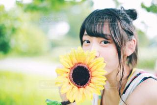 向日葵とわたしの写真・画像素材[1383308]