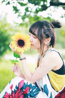 向日葵とわたしの写真・画像素材[1383330]