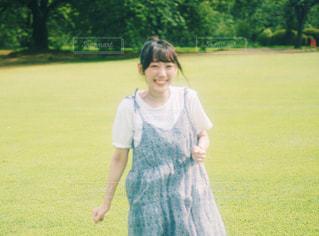 笑顔で走る君の写真・画像素材[1383418]