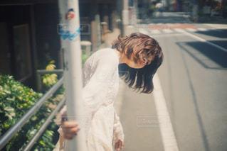 通りを歩きながら小さな女の子の写真・画像素材[1384299]