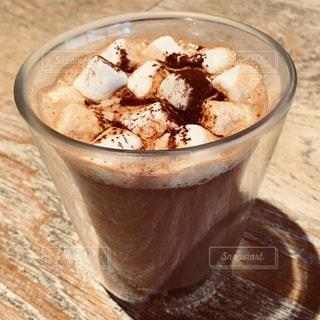 テーブルの上のコーヒー カップの写真・画像素材[939309]