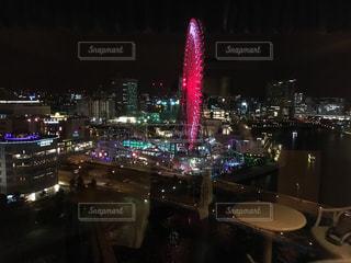 夜のライトアップされた街の写真・画像素材[918627]