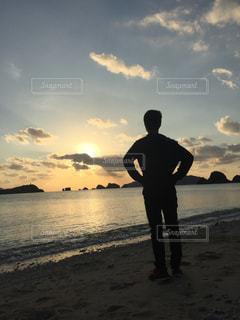 夕日を見つめるの写真・画像素材[958410]