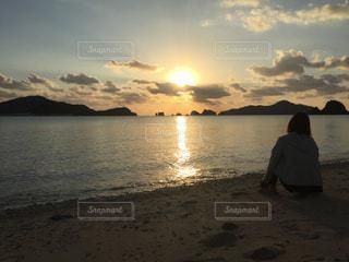 夕日を眺めるの写真・画像素材[958413]