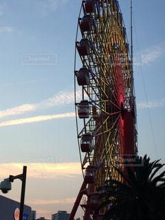 近くに街灯柱のアップの写真・画像素材[815011]
