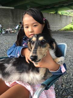 犬をかわいがる少女 - No.811065