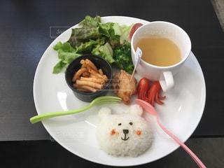 テーブルの上に食べ物のプレート - No.811121
