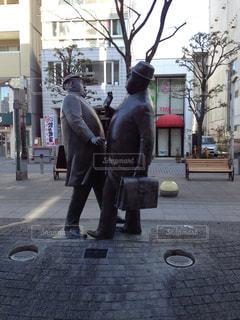 通りを歩きながら男の像の写真・画像素材[811141]