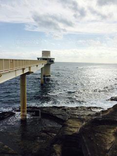水の体の上の橋の写真・画像素材[811188]