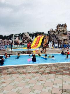 水のプールを泳ぐ人たちのグループ - No.811230