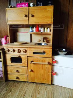 家電製品と木製キャビネット キッチンの写真・画像素材[811256]