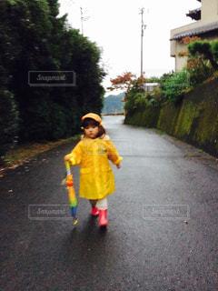 雨の日の女の子の写真・画像素材[811273]