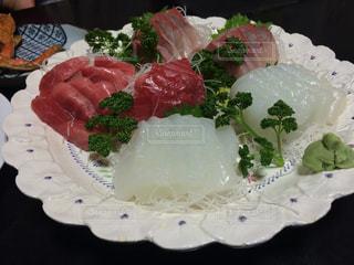 テーブルの上に食べ物のプレートの写真・画像素材[811321]