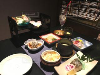 テーブルの上に食べ物のトレイの写真・画像素材[811331]
