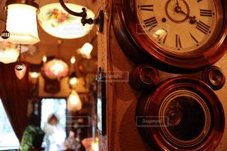 懐かしいだるま時計と照明ライトの写真・画像素材[840331]